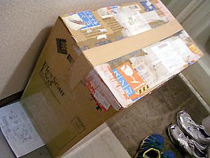 歴戦のダンボール箱。ミルフィーユみたいに幾層にもテープや送り状が・・・