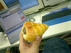 三宮で買ったイスズベーカリーのコロネ。賞味期限を2日過ぎたけど昼ゴハンとして食べる。美味。