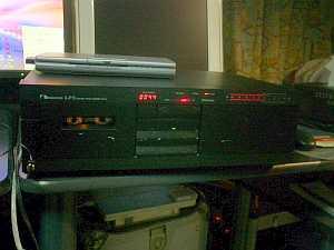 ナカミチLX-5。軽く20年前ぐらいか?今度動かなかったらヤマハのKX-493Hに買い換える。