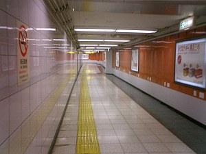 東西線飯田橋駅のコンコース。フィルムをモチーフにしてあるんだけど、息が詰まりそうで不思議な空間。
