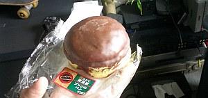 プリンパン、たしかにプリンの味がした。ぱっと見ハンバーガーだけど。