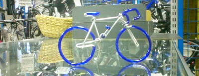 会社の帰りに自転車店に立ち寄る。懐にやさしくない部品と裏腹に、こういった展示物が。全長10センチぐらい。