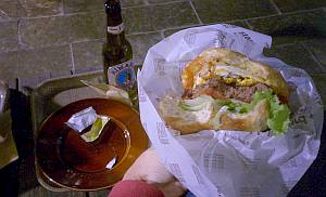 新宿タカシマヤの前(昔ハイパークラフトがあったあたり)のJournalStandardのハンバーガー。茶水のクアアイナに近いものがある。