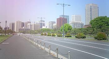 たまにゃ違うアングルから写す。東京駅近くね。なぜか左上が赤っぽい。