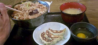 並だけどゴハンの量は大め。後ろに見えるはさらにオマケの杏仁豆腐。