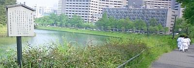 三宅坂近く。なぜか柔道(?)系の女子がたくさん走っていた。