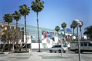 コンベンションセンターにはスパイダーマンが一人這っている。やはりゲーム業界は活況。