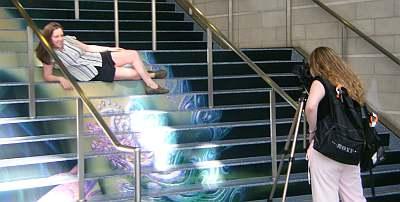 会場の階段で撮影をやっていた2人。ちょうどこのあたりに人魚の絵が描いてあったから、それにインスパイアされたんだろうな、ちょっと大きめだけど(笑)