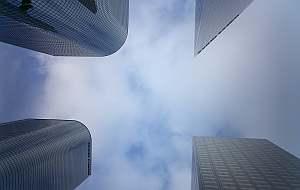 ダウンタウンの高層ビル街、外から眺めるのもかっこいいけど、交差点で空を見上げるのもまた一興。