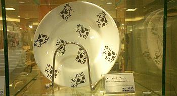 途中で見つけたウシ柄の皿。ニワトリを集める前、ウシを集めるか迷った時期もあったりする(笑)