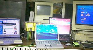 机の上にこれだけ並べて作業やってるとなかなか楽しい(爆)