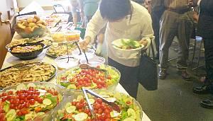 学会で出てきた昼ゴハン、刺激臭のする(笑)サラダを取り放題。