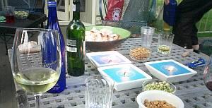 テラスでワインなど楽しむ。