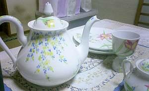 知られたブランドではないものの、色といい描き方といい品の良い陶器だなぁ。