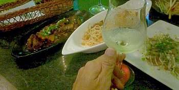 暑い日なので一杯目ビールの二杯目は白ワイン、この3日間でワインをボトルで丸4本飲んだことになる。