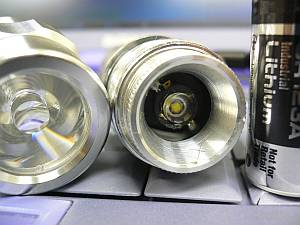 リフレクタが無く、ソリッドなレンズが役割を果たしてる。この電球専用にデザインされたぽく、光の拡散も自然。