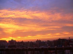 部屋の窓に、久しぶりに夕日が現る。