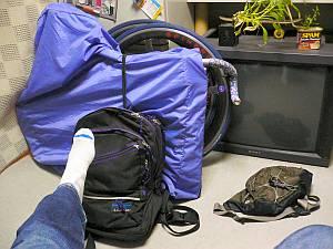 荷物全部。自転車はフレームとホイールを別々に持ち歩くスタイル。
