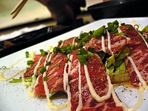 桜肉のカルパッチョ。雑踏から離れ、静かに飲み食いするのにうってつけ。