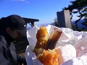 途中の総菜屋で買ったコロッケ、メンチカツを山頂で食す。