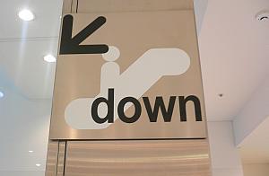 新宿のFLAGSで使われてるサイン。頭に矢印がかかり、乗ってる人が下に寄ってる。