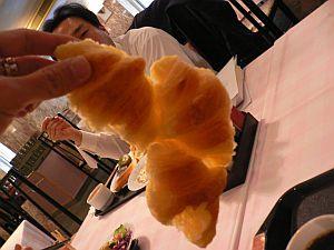 裏面がぺったんこのつながったデニッシュロールパン。