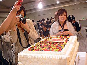 校章入りの巨大ケーキにみなびっくり。