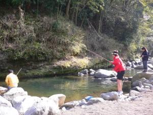 この程度の大きさの釣り堀ふうの川。