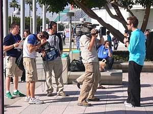 どっかの放送局が正門前で中継中。