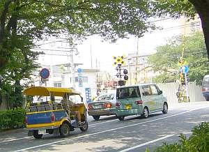 中野通りにトゥクトゥクが走る。