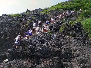 岩石の上を早足でクリアしていく。