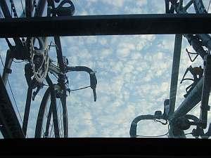 クルマの中から見た自転車のある空。