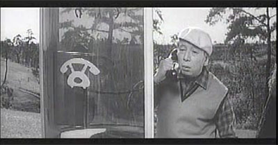 一場面。電話のピクトグラムがカワイイ。