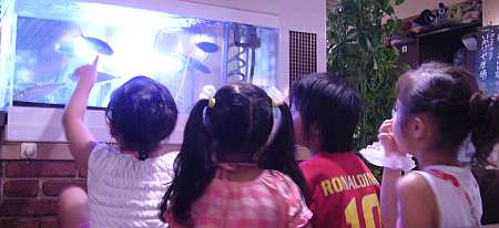 居酒屋の水槽に、子供たちが水族館よろしく群がる(笑)