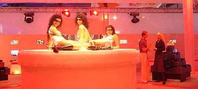 ショーの一角。お姉さんたちが回転する台の上にはべってます。