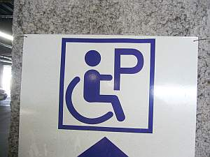 ちょいといびつな車椅子。駐車場だからPはいらないやろ。