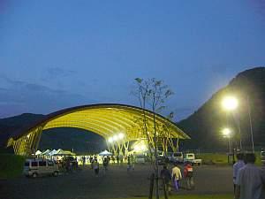 真新しい王滝村のスポーツセンター。中で前夜祭。