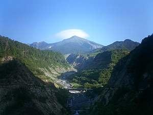 御岳山にレンズ雲が見える。ダウンヒルなのに止まって撮影。