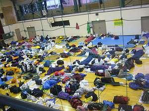 体育館は沢山の人が就寝中。