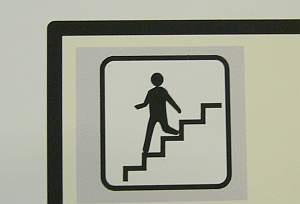 階段のピクトグラムで降りるのは珍しい。相模大野にて。