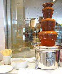 ビュッフェにあったチョコレートの滝。串刺しのクッキーをかざしてフォンデュみたいにする。でもマズ(w
