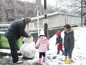 裏道で遊ぶ親子。
