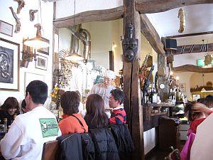客がスキーの格好してる以外は普通の店。