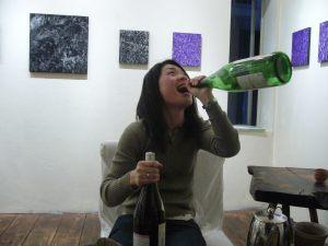 豪快に飲むお姉さん。