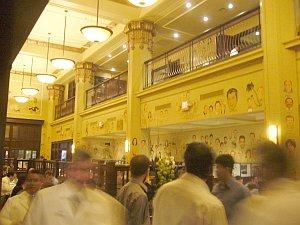 The Palmの店内。有名人の似顔絵がたくさん。
