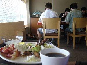 朝は納豆の匂いを避けて別テーブルへ。