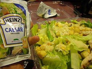 チキンシーザーサラダはパサパサ。