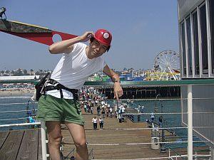 サンタモニカ桟橋にて。このメットを手に走る(w