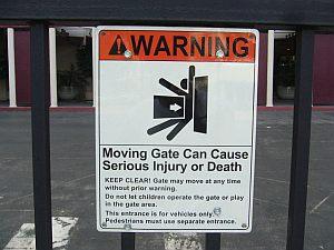 シャープに突っ込んでくる門が印象的。
