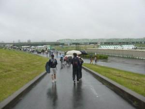 路面で分かるように、朝は弱い雨。